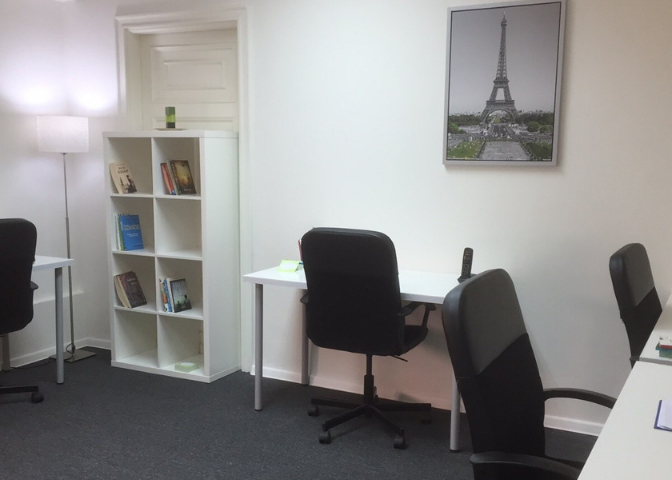 myCOoffice furnished team office in Cairo with desks and chairs